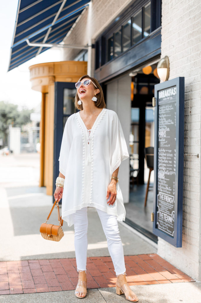Fashionomics blogger in all white tunic and jeans